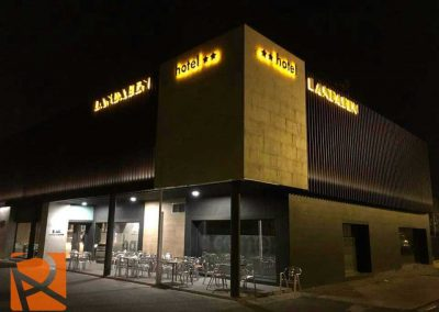 Rótulo-luminoso-RETROILUMINADO-Hotel-LANDABEN